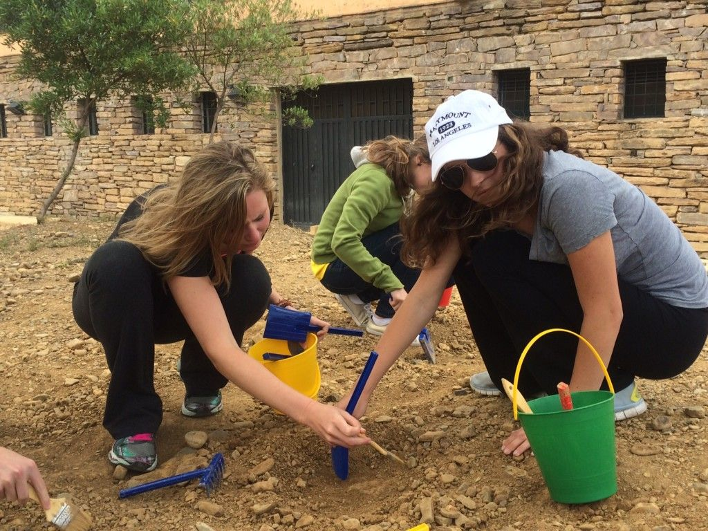 Serena and Lucy digging at Paleontological Day 2 Colombia